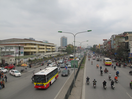 Nhiều phương tiện tham gia giao thông trên đường phố Hà Nội