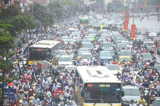 Ùn tắc kéo dài trên đường Tây Sơn, quận Đống Đa, TP Hà Nội Ảnh: NGUYỄN HƯỞNG