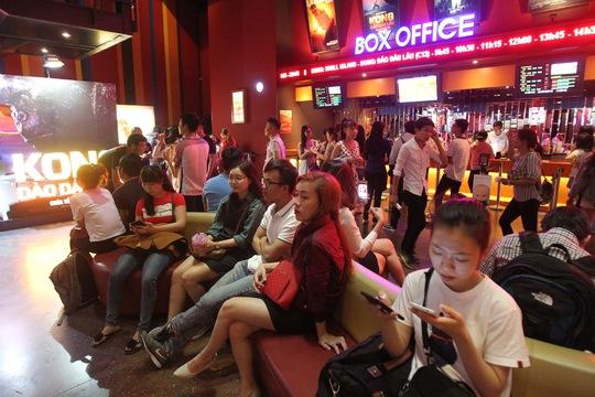 """Khán giả ngồi chờ xếp hàng mua vé vào xem """"Kong: Skull Island"""" tại các rạp ở TP HCM Ảnh: Hoàng Triều"""