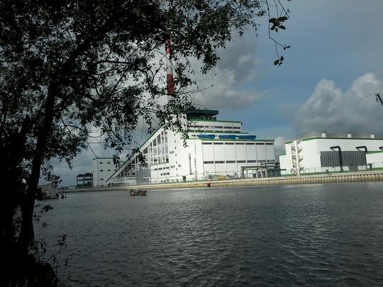 Nhà máy giấy Lee & Man nằm ven sông Hậu gây ô nhiễm môi trường nghiêm trọng trong quá trình vận hành thử Ảnh: Công Tuấn