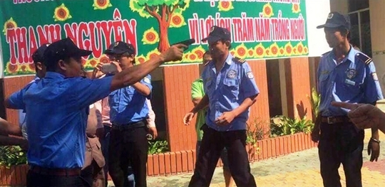 Nhóm người mặc đồng phục rút súng đe dọa giáo viên Trường Tiểu học - Trung học Thanh Nguyên vào chiều 23-3. (Ảnh do trường cung cấp)