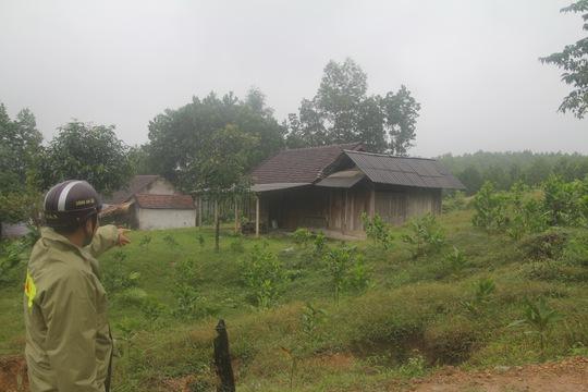 Nhiều nhà dân ở khu TĐC xã Ngọc Lâm, huyện Thanh Chương, Nghệ An bỏ hoang do người dân bỏ về khu vực lòng hồ thủy điện Bản Vẽ sinh sống.
