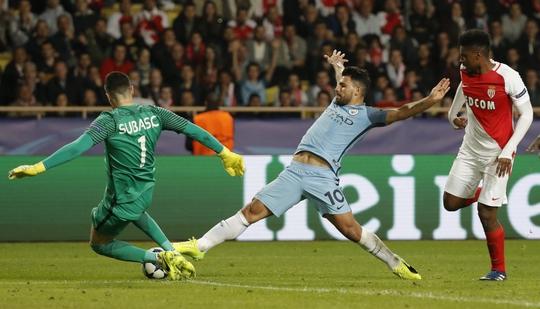 Aguero (giữa) kém nhanh nhạy và không đủ sắc sảo khi Man City bị Monaco loại khỏi Champions League giữa tuần này. Ảnh: REUTERS