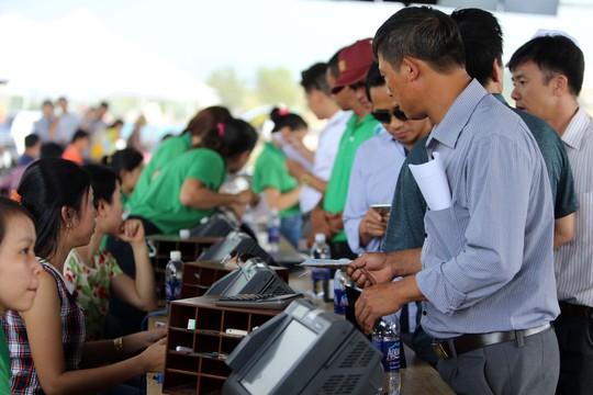 Khách hàng mua vé dự đoán đua ngựa có thưởng tại Trường đua Thiên Mã - Madagui ở Lâm Đồng hôm 25-3 Ảnh: Quang Liêm