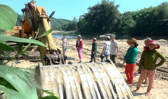 Người dân ngăn chặn khai thác cát trên sông Phước Giang
