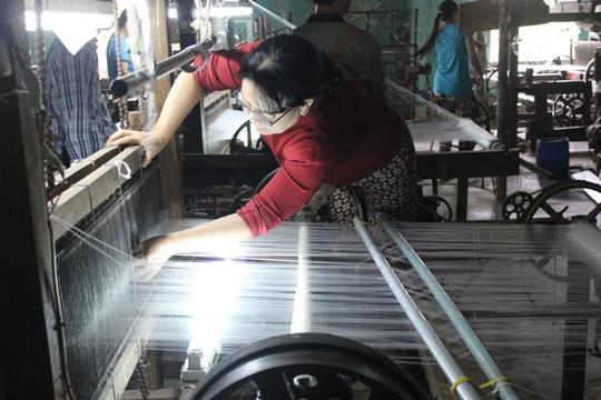 Sản xuất cầm chừng ở HTX Tơ lụa Mã Châu Ảnh: ĐỨC HẢI
