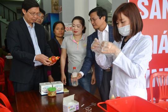 Lực lượng chức năng kiểm tra nhanh an toàn thực phẩm tại chùa Hương - Hà NộiẢnh: Ngọc Dung