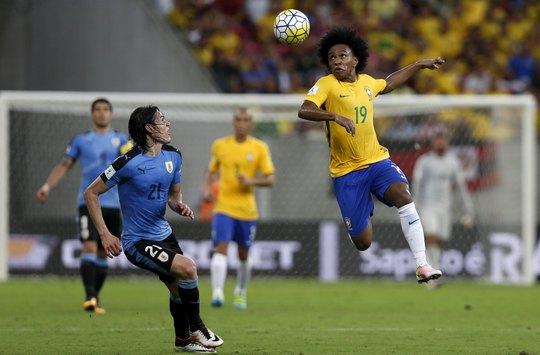 Trong khi Cavani (trái) lẻ loi trên hàng công Uruguay thì Brazil có nhiều phương án tấn công hơn Ảnh: REUTERS
