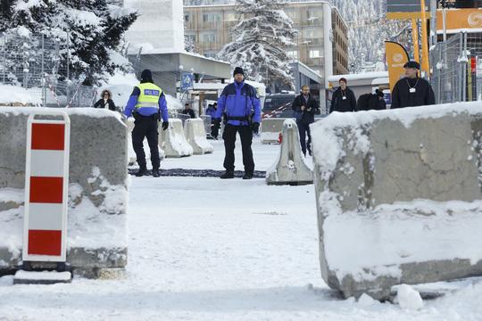 Cảnh sát tuần tra bên ngoài nơi diễn ra Diễn đàn Kinh tế thế giới ở thị trấn Davos hôm 16-1Ảnh: Reuters