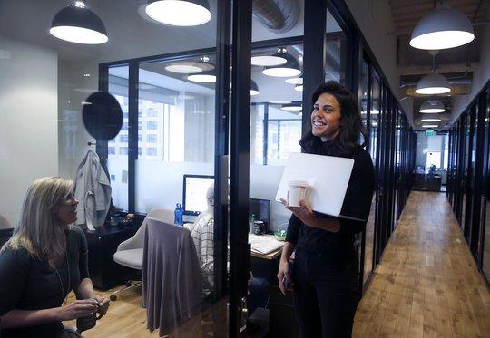 Cô Angie Gontaruk (phải, người Argentina) đang làm việc tại Công ty Sản xuất video CSpence Group ở TP San Francisco - Mỹ theo diện thị thực H-1B Ảnh: San Francisco Chronicle