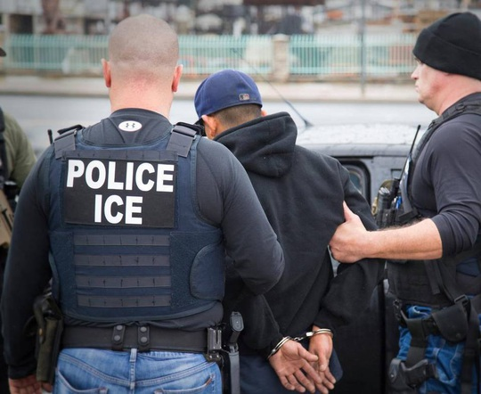 Một người nhập cư trái phép bị bắt ở TP Los Angeles, bang California - Mỹ Ảnh: AP