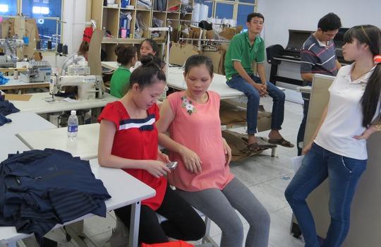 Nhiều lao động nữ đang mang thai lo sợ bị mất quyền lợi khi Công ty G.A.V di chuyển nhà xưởng từ TP HCM đến Bình Dương