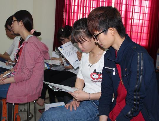 Công nhân tìm hiểu thông tin về chương trình đào tạo Ảnh: THANH NGA