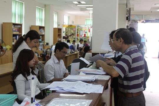Người lao động làm thủ tục tại cơ quan BHXH TP HCM. ẢNH: TRƯỜNG HOÀNG