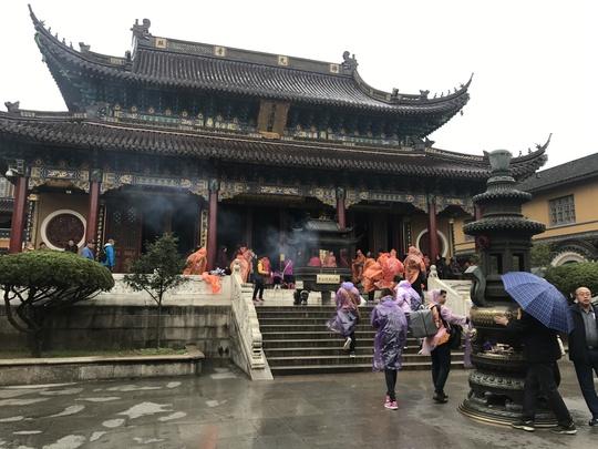 Du khách viếng tượng Phật dưới trời mưa lạnh