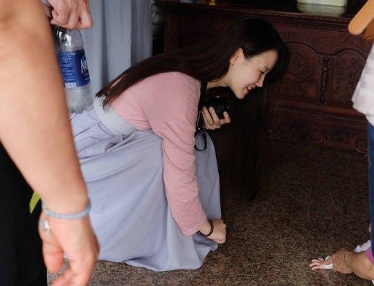 Nhiều du khách hài lòng với việc mượn váy choàng của nhà chùa