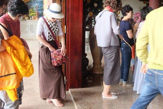 Đà Nẵng: Chùa cho khách mượn váy chống hở hang