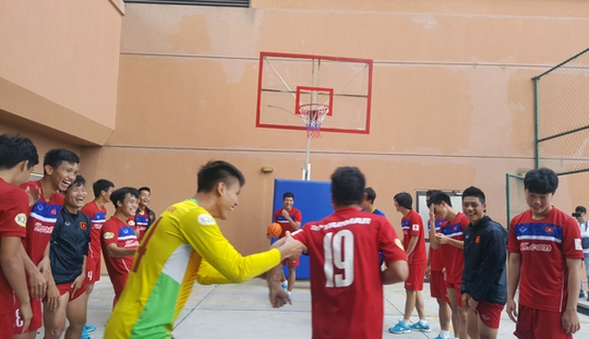 U22 Việt Nam chơi bóng rổ, Hồ Tuấn Tài cười rạng rỡ - Ảnh 3.