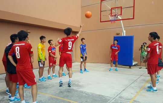 U22 Việt Nam chơi bóng rổ, Hồ Tuấn Tài cười rạng rỡ - Ảnh 2.