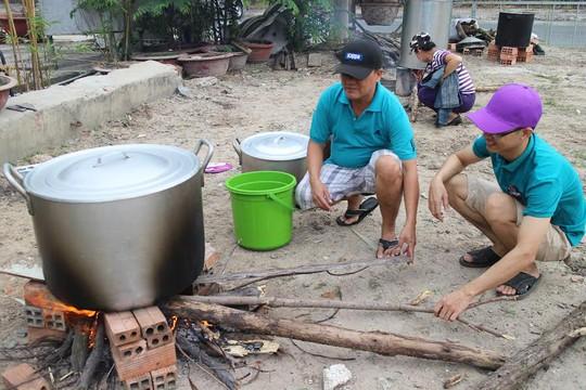 Công nhân nhà trọ tại quận Thủ Đức, TP HCM thi nấu bánh chưng, bánh tét
