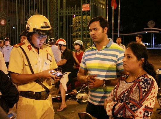 Clip: Hai du khách Ấn Độ bị cướp, từ chối nhận tiền giúp đỡ  - Ảnh 2.