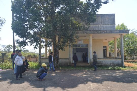 Các công nhân đưa anh Liêm đi cấp cứu tại Trung tâm Y tế huyện Kon Plong - Ảnh Văn Phương