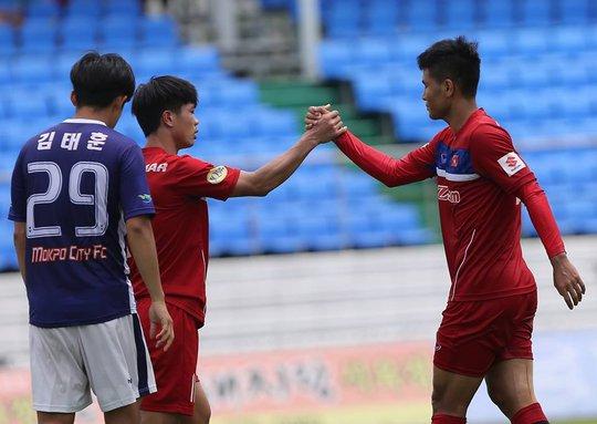 Đức Chinh (phải) lập cú đúp giúp U23 Việt Nam thắng đậm Mokpo City 4-1