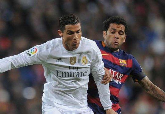 Alves (phải) thường xuyên đối đầu Ronaldo khi còn ở Tây Ban Nha