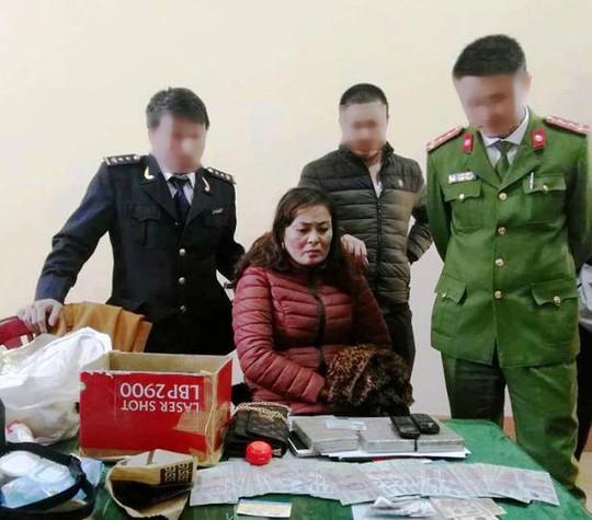 Cảnh sát biển bắt người phụ nữ ôm 3 bánh heroin vào Nam - Ảnh 1.