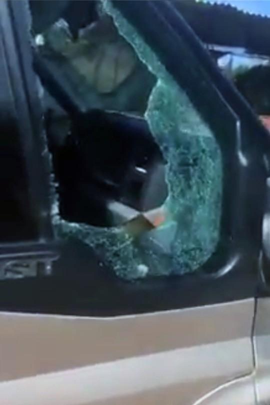 Làm rõ clip tranh cãi, tố CSGT đập vỡ kính xe khách - Ảnh 1.