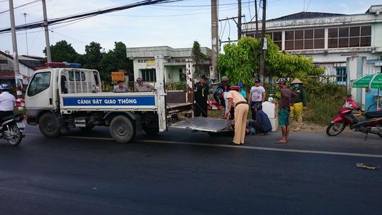 CSGT đã cùng người dân đưa người bị nạn đi cấp cứu