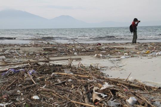 Hơn 1 km bờ biển Đà Nẵng tràn ngập hàng trăm tấn rác - Ảnh 3.