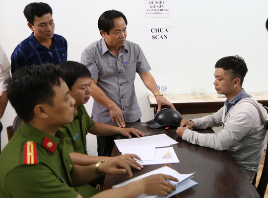 Nghi phạm Tân (bên phải) bị bắt giữ