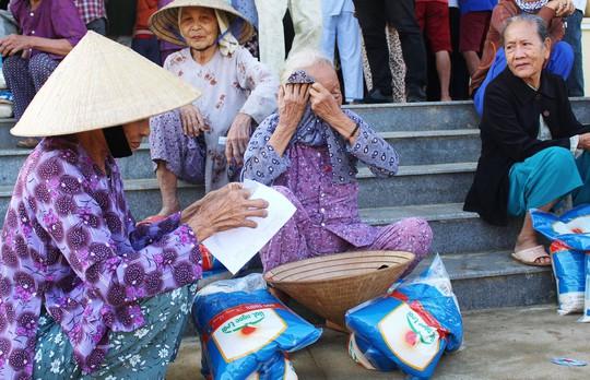 Trao quà cứu trợ cho 400 gia đình vùng lũ - Ảnh 1.