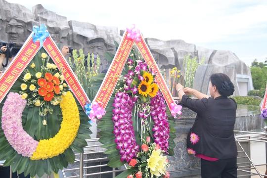 Chủ tịch Quốc hội viếng hương Nghĩa trang Liệt sĩ Quảng Nam - Ảnh 4.