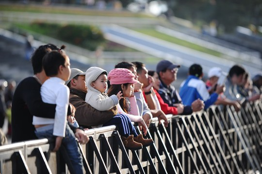 Nhiều du khách chờ đón đêm nhạc.