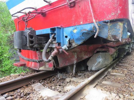 Đá đổ sập xuống đường ray làm đầu kéo tàu hỏa trật bánh - Ảnh 2.