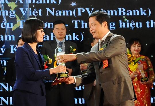 Bộ trưởng Bộ Công Thương Trần Tuấn Anh trao giải thưởng Thương mại dịch vụ Việt Nam 2016 cho đại diện Prudential.