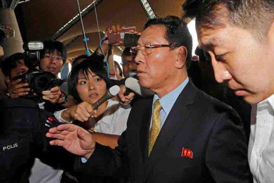 Đại sứ Triều Tiên tại Malaysia, ông Kang Chol, trong vòng vây phóng viên ở sân bay Kuala Lumpur chiều tối 6-3 Ảnh: REUTERS