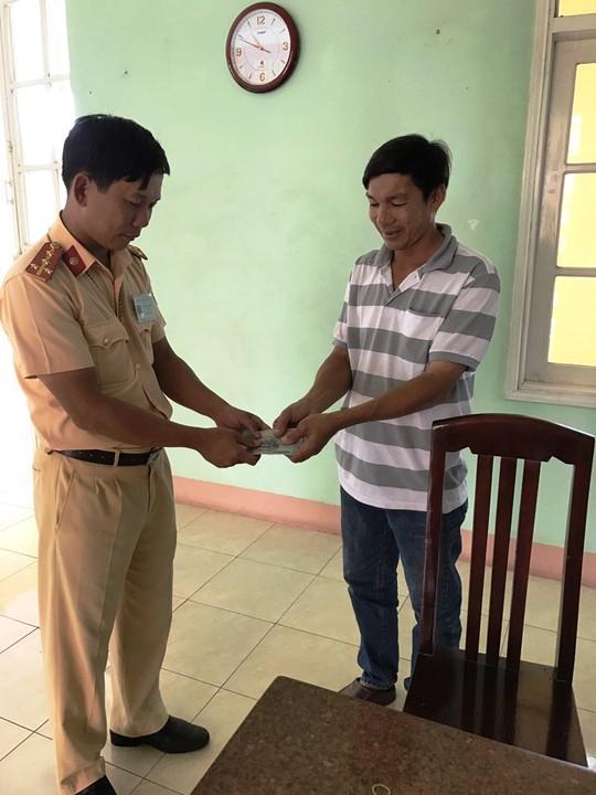 Đại úy Đỗ Thanh Triêm trao lại số tiền ông Mạnh bị đánh rơi