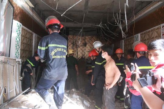 Cháy lớn tại quán Karaoke, gần 100 cảnh sát tham gia chữa cháy - Ảnh 3.