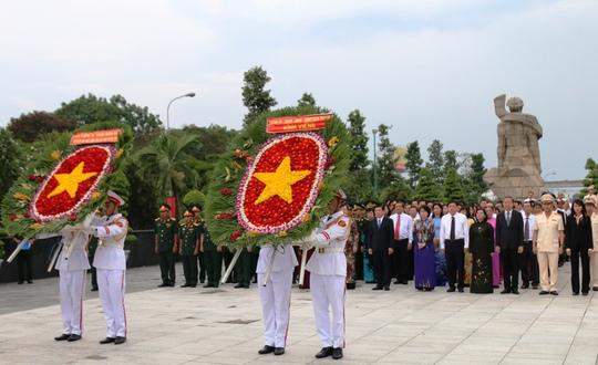 Đoàn lãnh đạo TP HCM dâng hoa viếng các anh hùng liệt sĩ