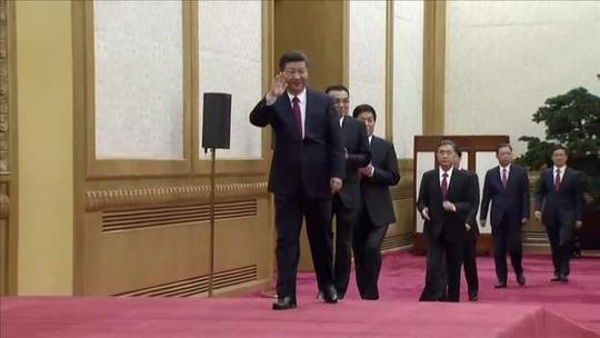 Chủ tịch Tập Cận Bình dẫn đầu các ủy viên Ban Thường vụ Bộ Chính trị khóa mới. Ảnh: Reuters
