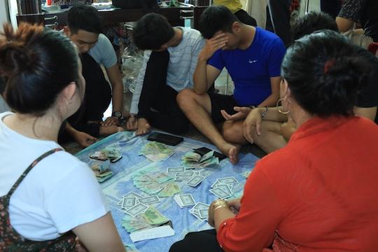 Các đối tượng tham gia đánh bạc bị bắt quả tang. Ảnh: Công an cung cấp