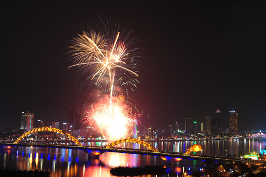 Pháo hoa giữa sông Hàn đón năm mới ở Đà Nẵng - Ảnh 5.