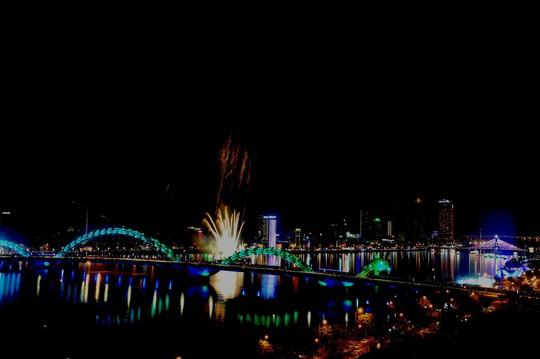 Pháo hoa giữa sông Hàn đón năm mới ở Đà Nẵng - Ảnh 6.