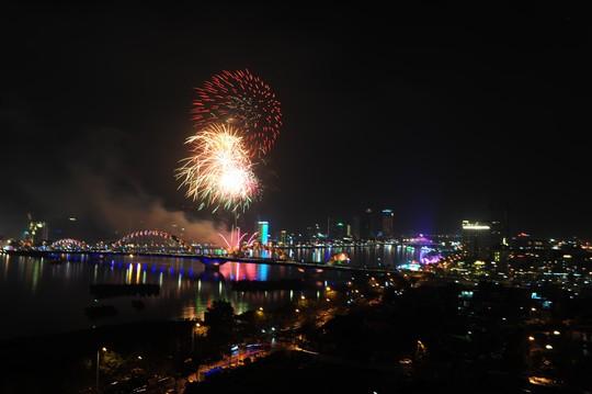 Pháo hoa giữa sông Hàn đón năm mới ở Đà Nẵng - Ảnh 8.