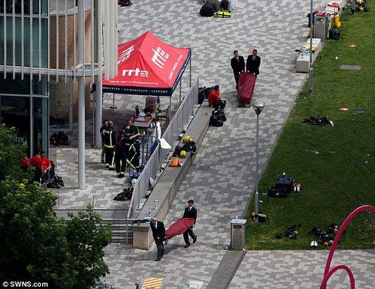 Ám ảnh những lời cuối từ tòa nhà bùng cháy ở London - Ảnh 2.