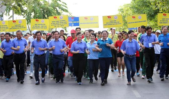 Các nữ lãnh đạo xinh đẹp của TP HCM dẫn đầu đoàn chạy bộ đồng hành