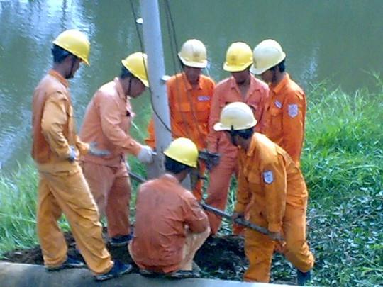 Bảo vệ lưới điện mùa mưa bão - Ảnh 1.